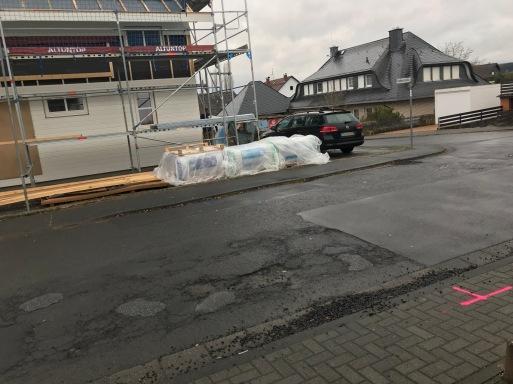 Position von Strom (rosa) und Wasser (blau) in der Straße